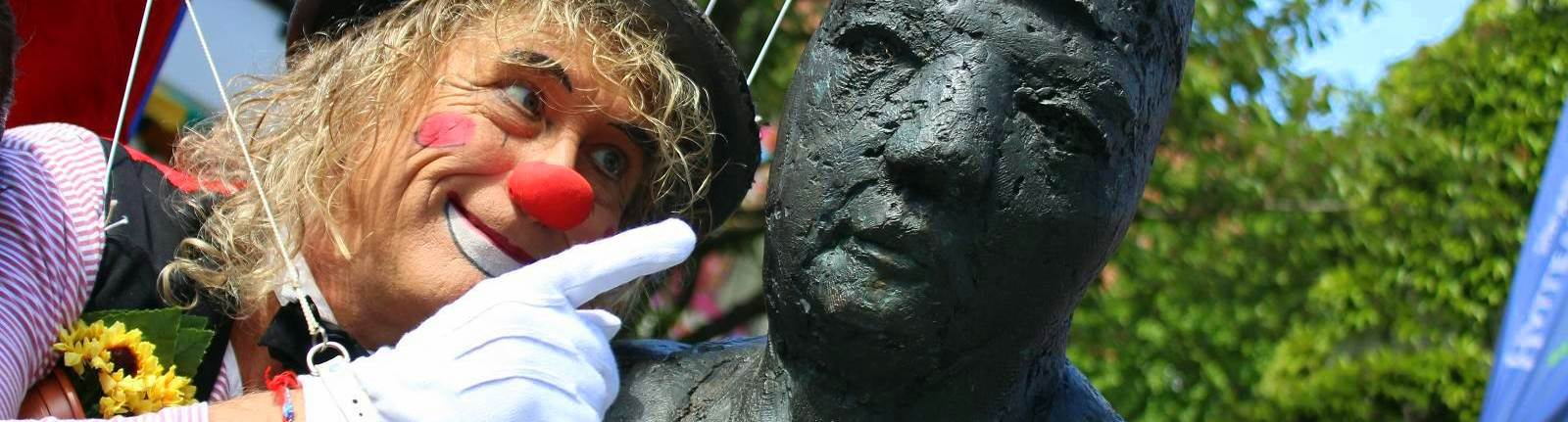 Clown und Haller Willem Denkmal